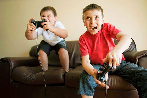 Kids playing a video game - Come fare il riassunto perfetto di un libro, velocemente [Esempio]